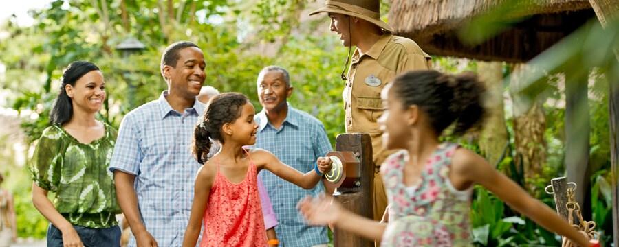 Uma família desfruta da facilidade de usar as MagicBands para entrar na atração Jungle Cruise.