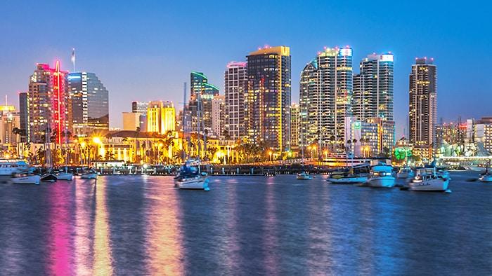 Les gratte-ciel sur le bord de mer de San Diego, pendant la nuit