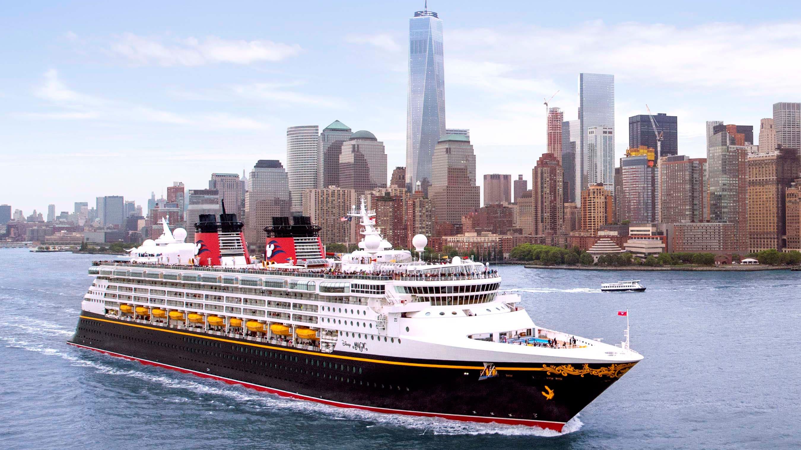 Un barco de Disney Cruise Line navega por el puerto alrededor de Manhattan