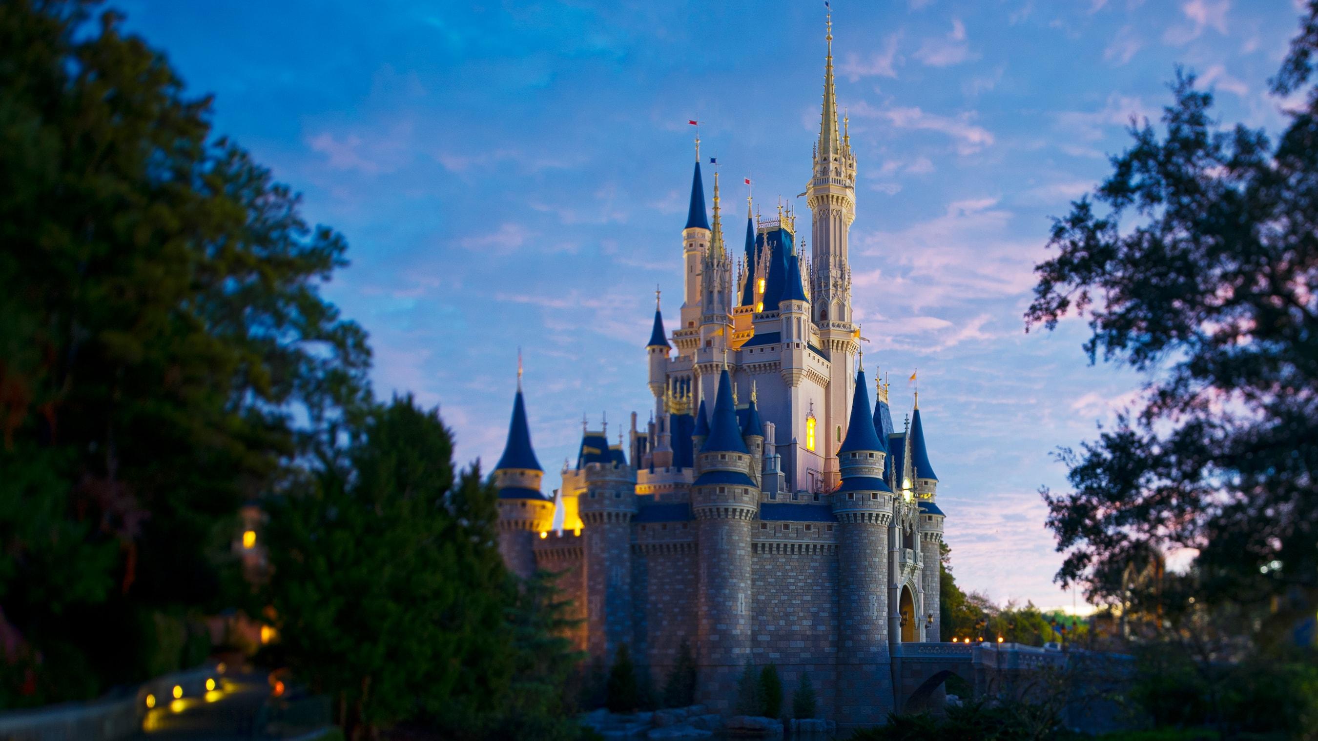 Cinderella Castle en el crepúsculo en Walt Disney World Resort de la Florida