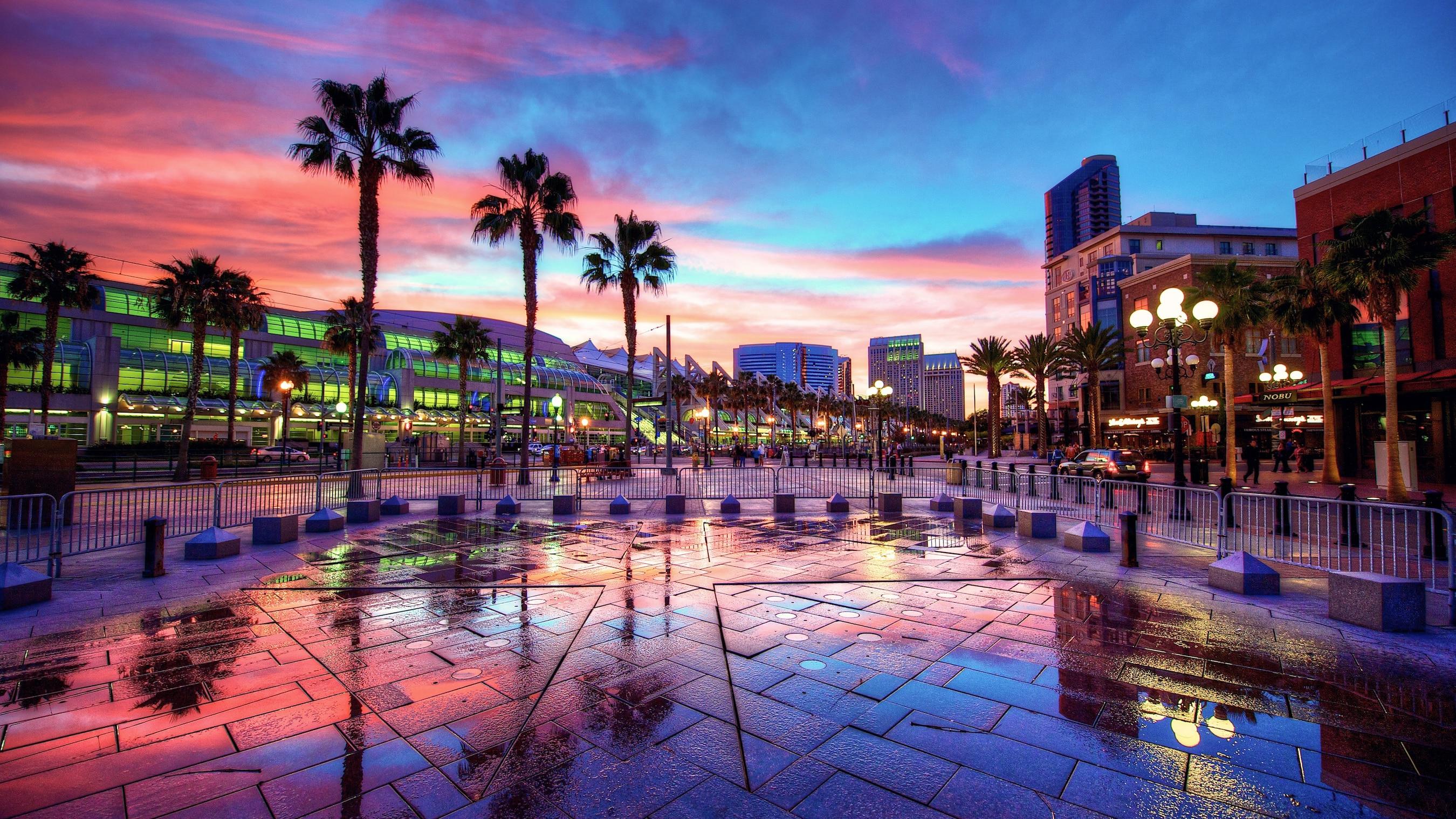 Bello atardecer sobre los edificios modernos y las palmeras de San Diego, California.