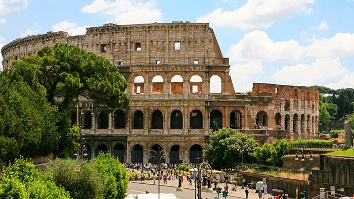 Personas caminando afuera de las ruinas del Coliseo en Roma