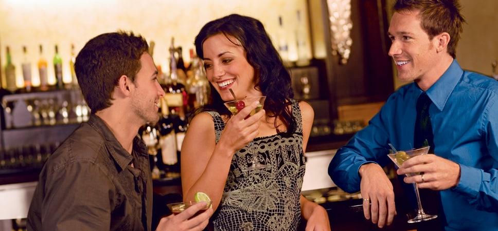 3 amigos disfrutan un momento en el salón del restaurante