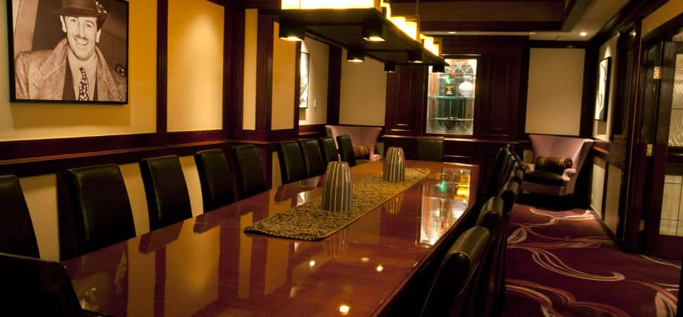 Mesa para banquetes en el salón privado, con la foto de Walt Disney.