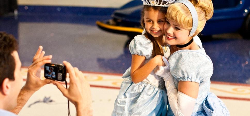Cenicienta y una niña posan para la foto