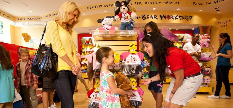 Dentro de la tienfa Build-a-Bear en el centro Downtown Disney