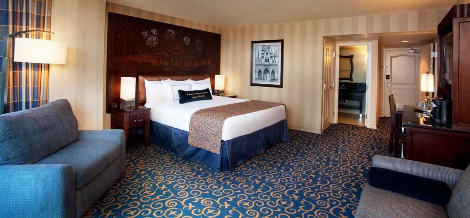 Toma interior de una suave y cómoda cama king y su ambientación