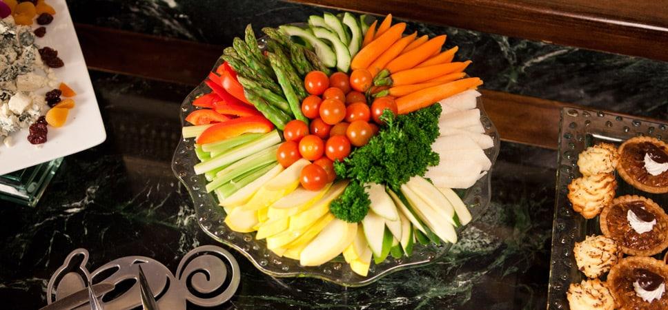 Un arreglo de coloridos vegetales como zanahorias frescas y tomatitos cereza