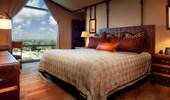 Amplia cama, rodeada de mesas que semejan baúles clásicos de buques de vapor y arte de Adventureland.