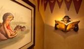 Escultura de un mono leyendo un libro, que realmente es una lámpara, colocada sobre el inodoro.