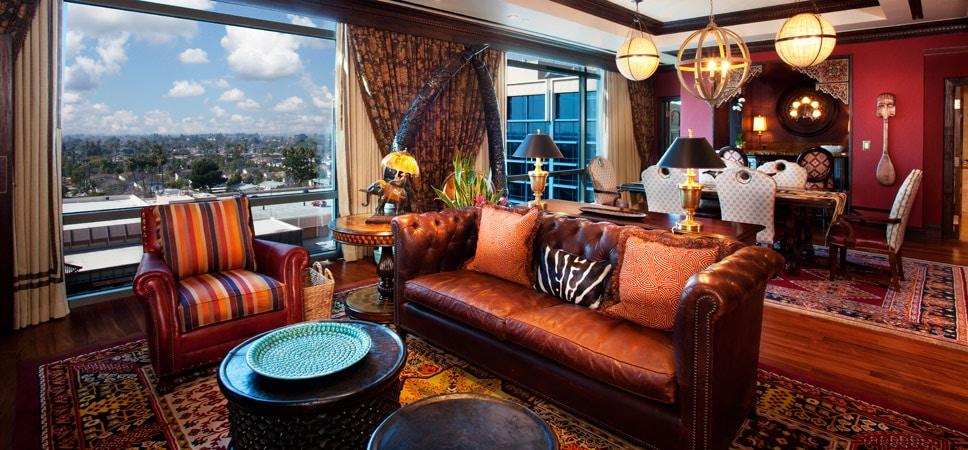 Sala de estar en la suite Adventureland, con vista panorámica.