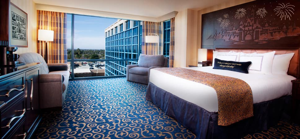 Desde la cama king se aprecia la vista de cristales azules que envuelven el recientemente remodelado hotel Resort