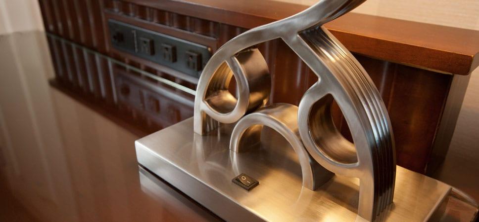 La base de la lámpara de mesa tiene la forma de la cabeza y orejas de Mickey
