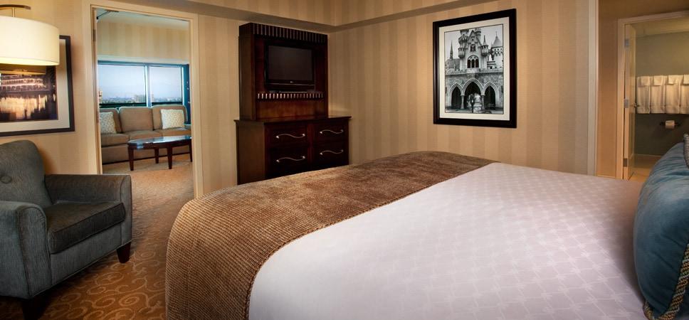 Suite de una recámara con cama king y la ahora famosa foto enmarcada de Walt Disney