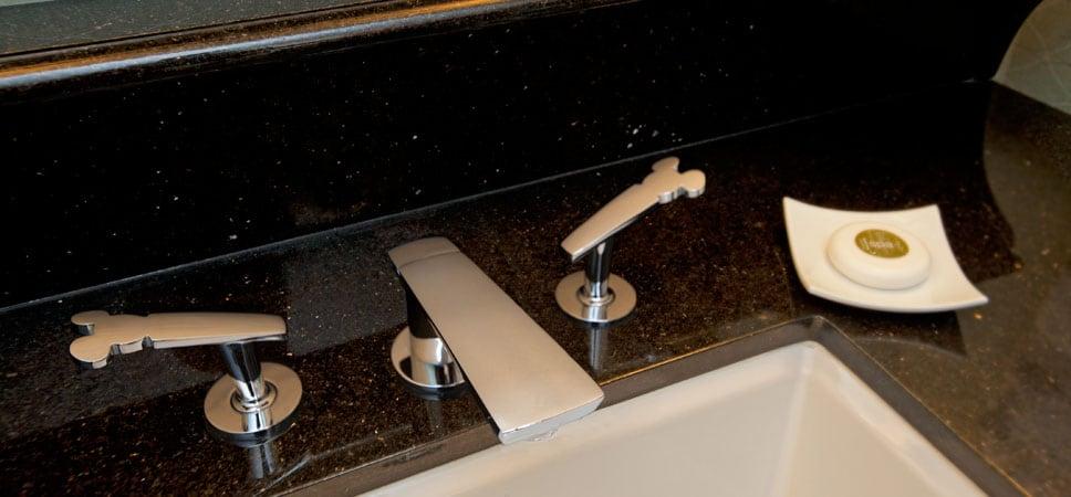Las llaves del lavabo tienen la figura de un famoso ratón