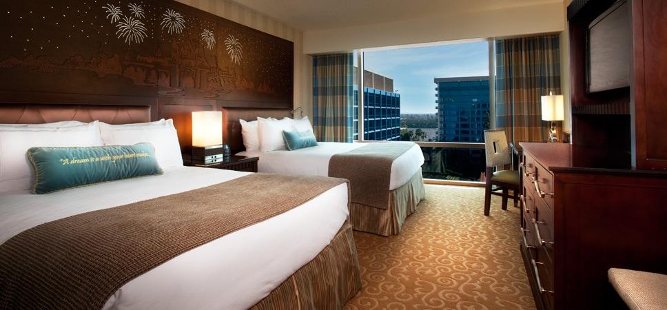 2 camas king en una espaciosa suite de una recámara