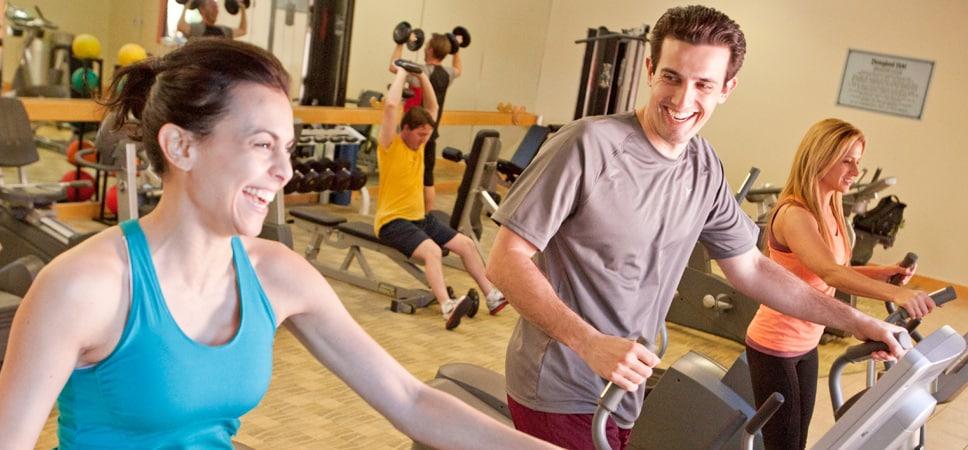 Una mujer y un hombre hacen ejercicio con el equipo del gimnasio