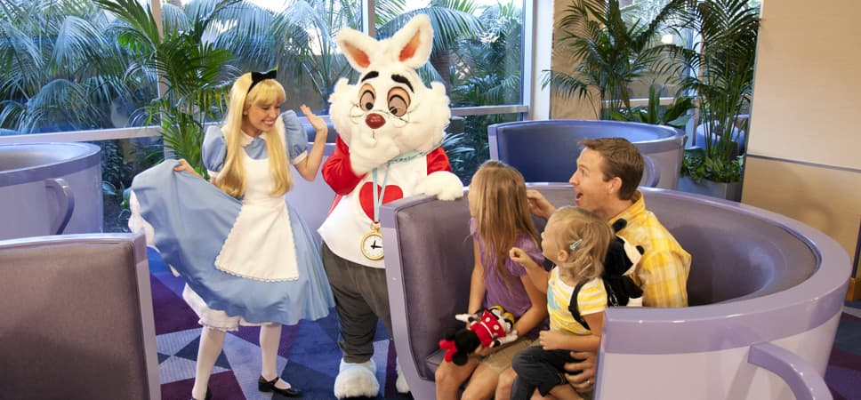 Una familia conoce a a Alicia y al Conejo Blanco