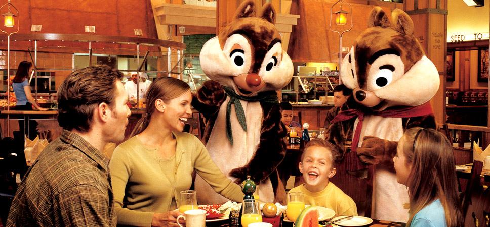 Una familia disfruta su desayuno y la visita de los personajes de Disney Chip y Dale