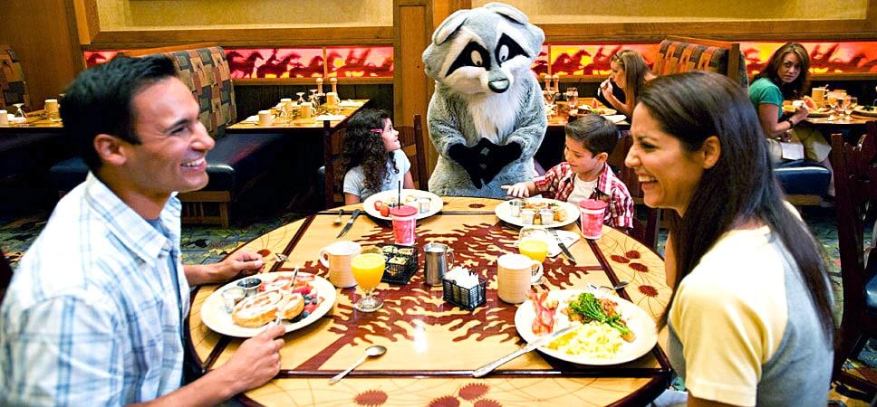 Meeko el mapache saluda a una familia de 4 durante su desayuno
