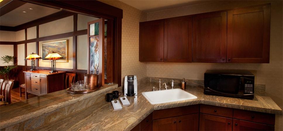 El wet bar ofrece cafetera, horno de microondas y mucho espacio en los gabinetes, que ya vienen surtidos con tazas y platos.