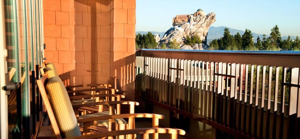 Vista del parque Disney California Adventure desde el balcón de esta suite especial Mount Whitney