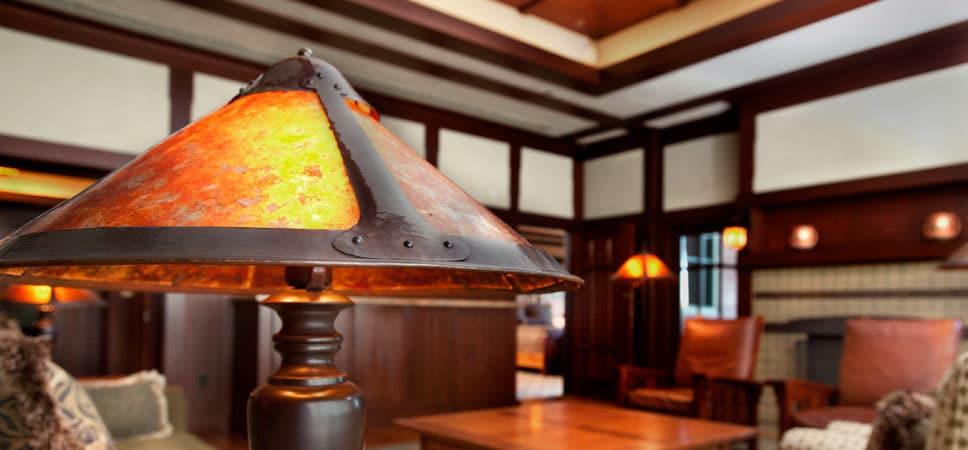 Acercamiento de una lámpara de mesa hecha a mano