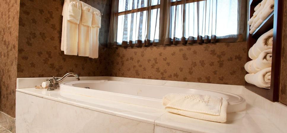 Baño adicional, con elegante tina, en la suite especial Mount Whitney.