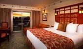 Toma abierta de habitación estándar con cama king y lujosos detalles.
