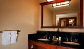 El espejo sobre el lavabo refleja la habitación