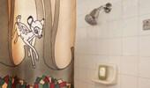 Acercamiento del detalle de Bambi en la cortina de baño