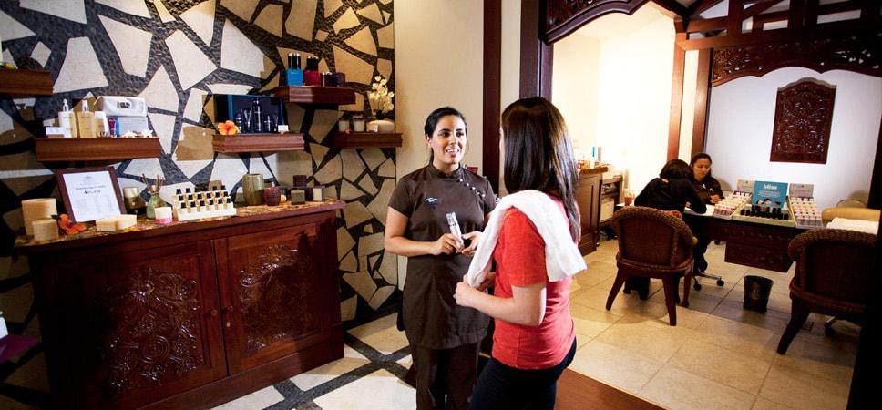 Una asistente del Mandara Spa comenta con una huésped los servicios disponibles