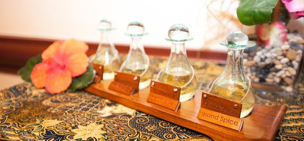 Botellas de aceites para masajes con etiquetas como