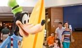 La distintiva estatua de Goofy en el lobby del Disney's Paradise Pier Hotel.