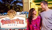 Una pareja junto al rótulo del Disney's Paradise Pier Hotel