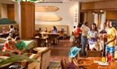 Los huéspedes se relajan, planean su día y se animan con bebidas y bocadillos de la tienda de la cafetería.