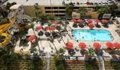 Vista aérea de la piscina y del área de toboganes de agua en el Disney's Paradise Pier Hotel