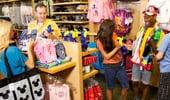 Visitantes comprando recuerdos, bocadillos, regalos y misceláneos.