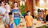 2 familias de 4 pasan un rato muy agradable en ell lobby del hotel