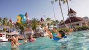 Família de 4pessoas brinca em uma piscina no Disney's Grand Floridian Resort & Spa
