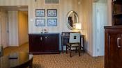 La sala cuenta con mesa de centro, centro de entretenimiento, cómoda y escritorio con silla