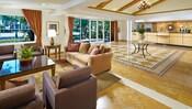 El lobby espacioso y el mostrador de registro de Anaheim Portofino Inn & Suites