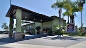 La recepción techada de automóviles y entrada al Best Western Plus Pavilions, rodeadas de diversas palmeras