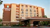 Estacionamiento techado y entrada con tejas a Embassy Suites Anaheim - North
