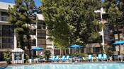 Muebles exteriores alrededor de la piscina Garden Pool en Howard Johnson Anaheim Hotel & Water Playground
