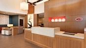 El lobby frontal iluminado en Hyatt Place at Anaheim Resort/Convention Center con decoración moderna y salones