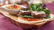 Pita aux falafels avec hoummos de tomates séchées, concombres, tomate et salade mixte