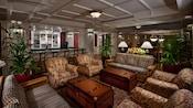 4fauteuils rembourrés, 2«tables basses» de bateau à vapeur et 2canapés au Belle Vue Lounge