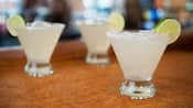 Habanero Lime Margarita con sal y una rodaja de limón en el borde de la copa