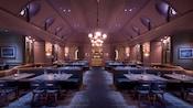 Um salão de jantar com um lustre, booths, mesas, cadeiras e velas